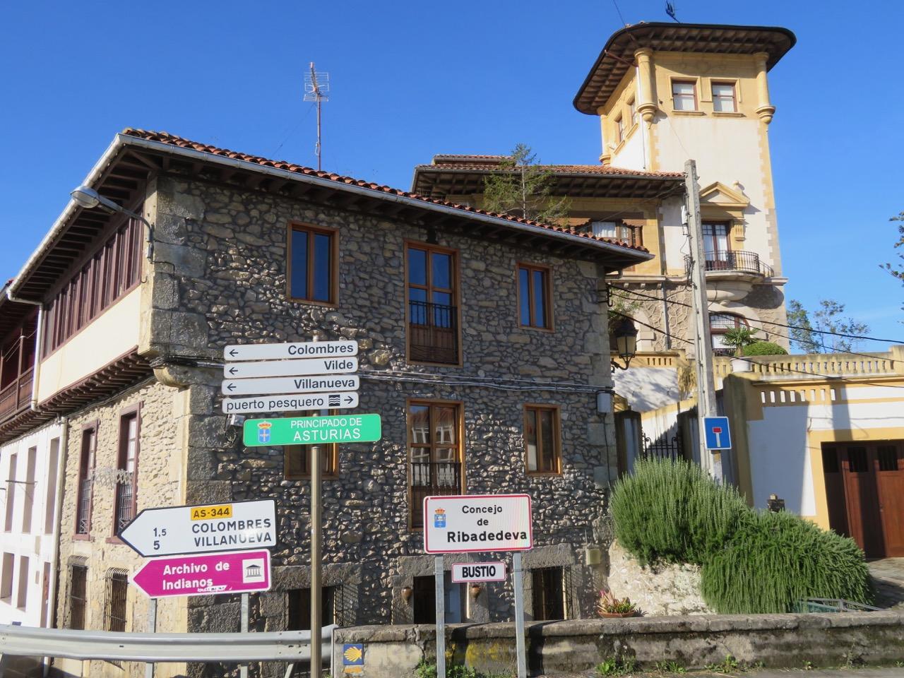 Av misstag hamnade vi i den lilla spanska byn Unquera. Och förutom flera blå skyltar runt om i bynså var himlen det också.