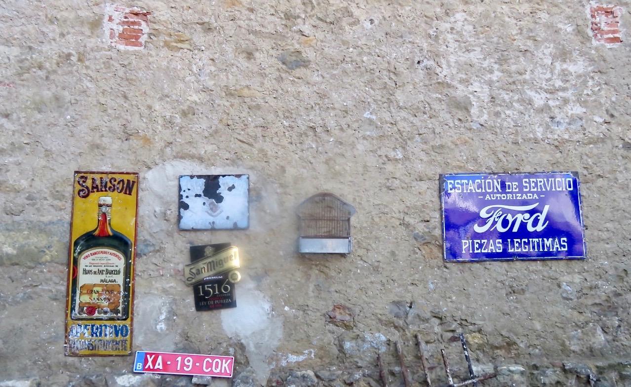 Även mer riktiga blå skyltar fanns på väggarna.