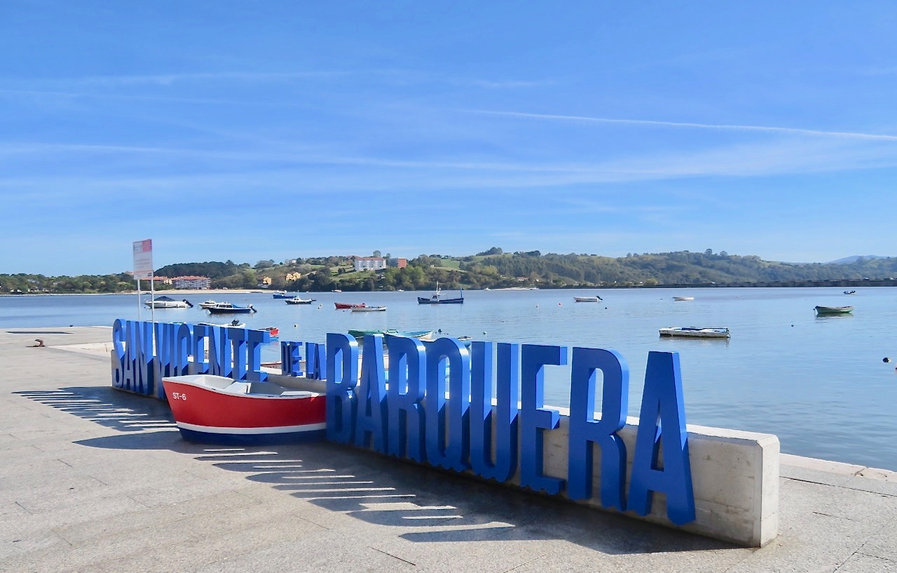 San Vincente de la Barquera- namnet skrivet med blå skyltar