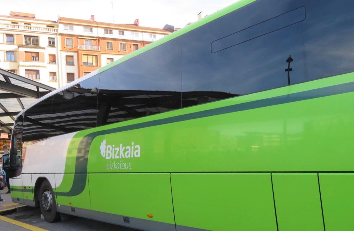Flexibelt resande kan innebära mycket. Här byte i BIlbao till flygbussen.
