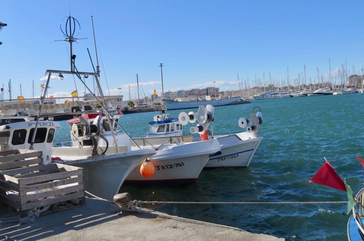 Fiskehamnen i Torrevieja. Här ficj vi de både hav och skepp. Och båtar förstås.