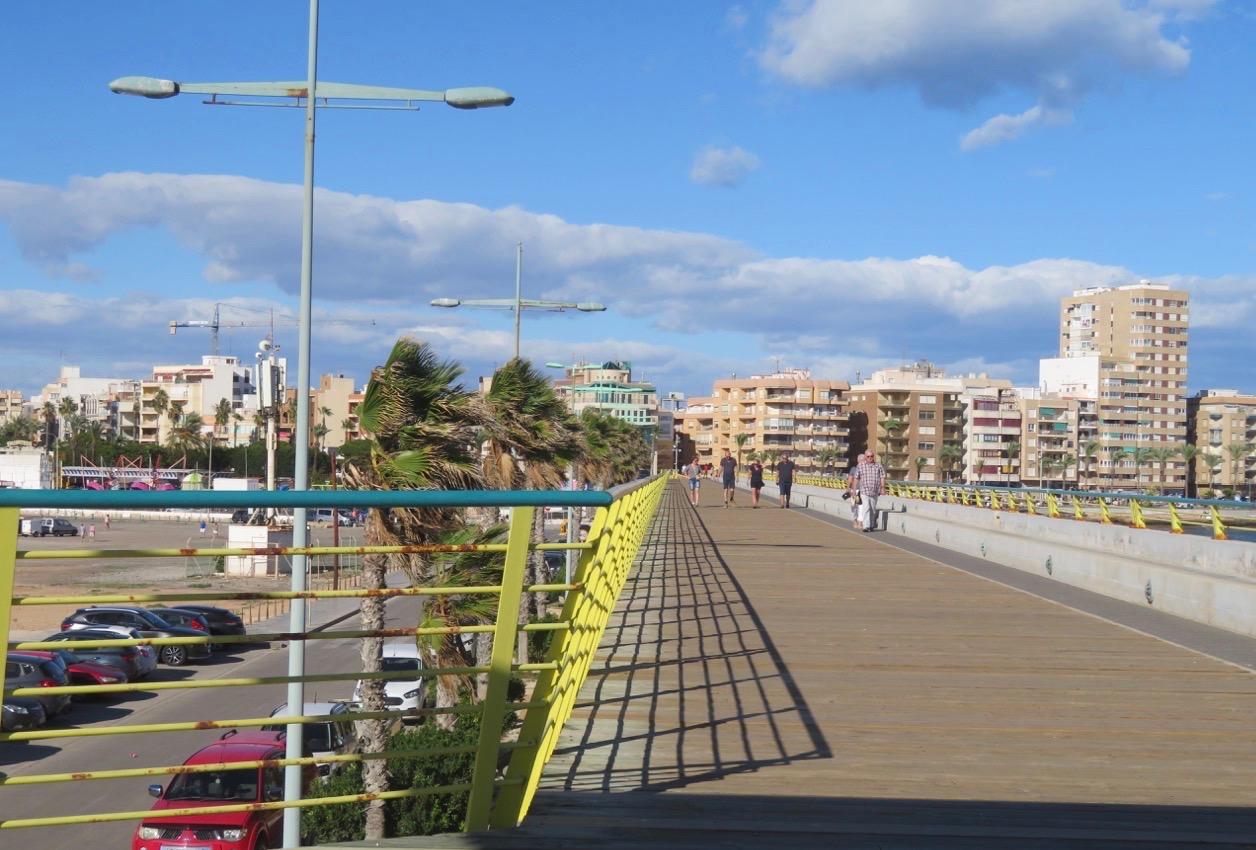 Vi lämnade kombinationen av hav och skepp i fiskehamnen i Torrevieja och tog oss an piren med blåst.