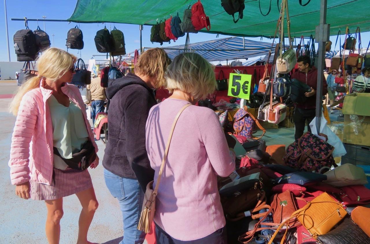 Väskmannen med väskor för 5 euro brukar vi stanna till vid när vi är på marknadsbesök.