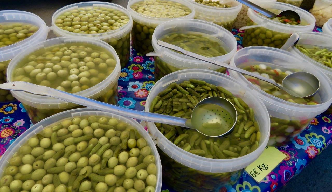 Oliver av olika slag, smågrukor, pickles och lite annat brukar också inhandlas under ett marknadsbesök.
