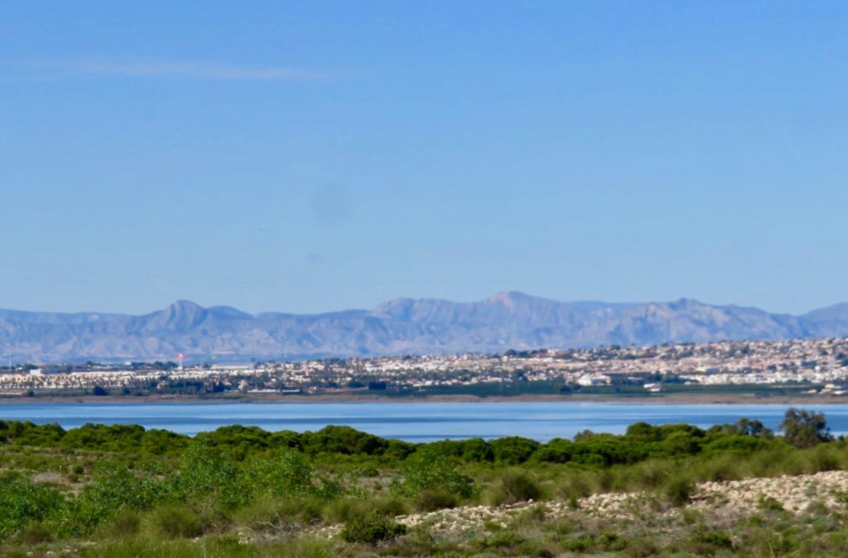 """På gång mot La Mata serr man """"Laguna de la Mata"""" en av saltsjöarna."""