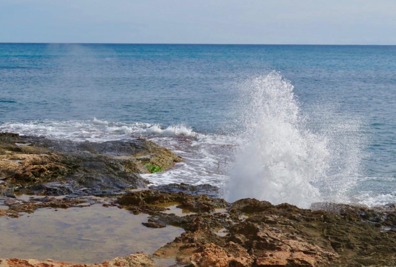 Nöje och nytta är det alltid att promenera längs Medelhavet.