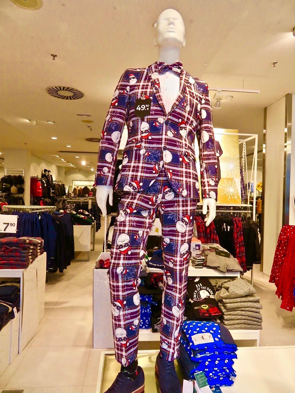 En riktig tomtekostym såg jag hos H&M och den har sin givna plats i Skyltsöndag.