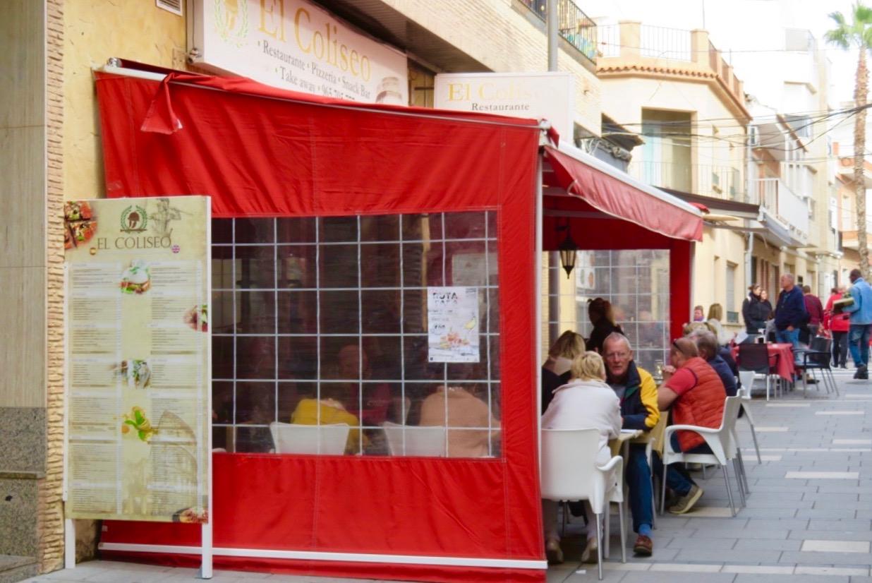 Populärt med mat och gång i Torrevieja- tapasrunda. Många besökare på restaurang El Coliseo.