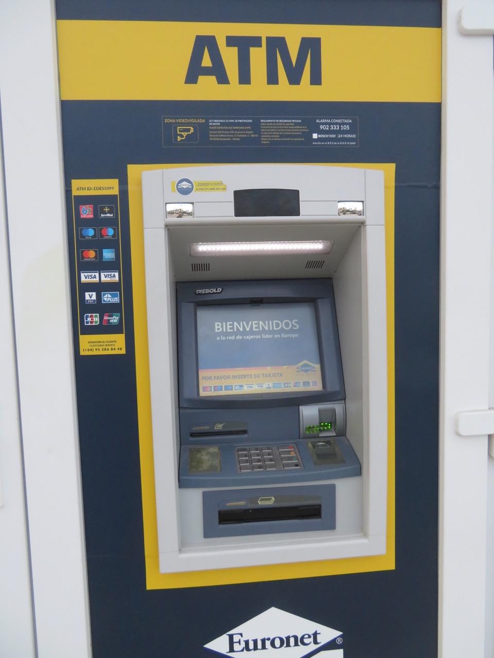 Bakkomater är ofta idag det som gäller när man ska tar ut pengar. De ersätter många gånger den kassa i en bank där man förr tog ut pengar.
