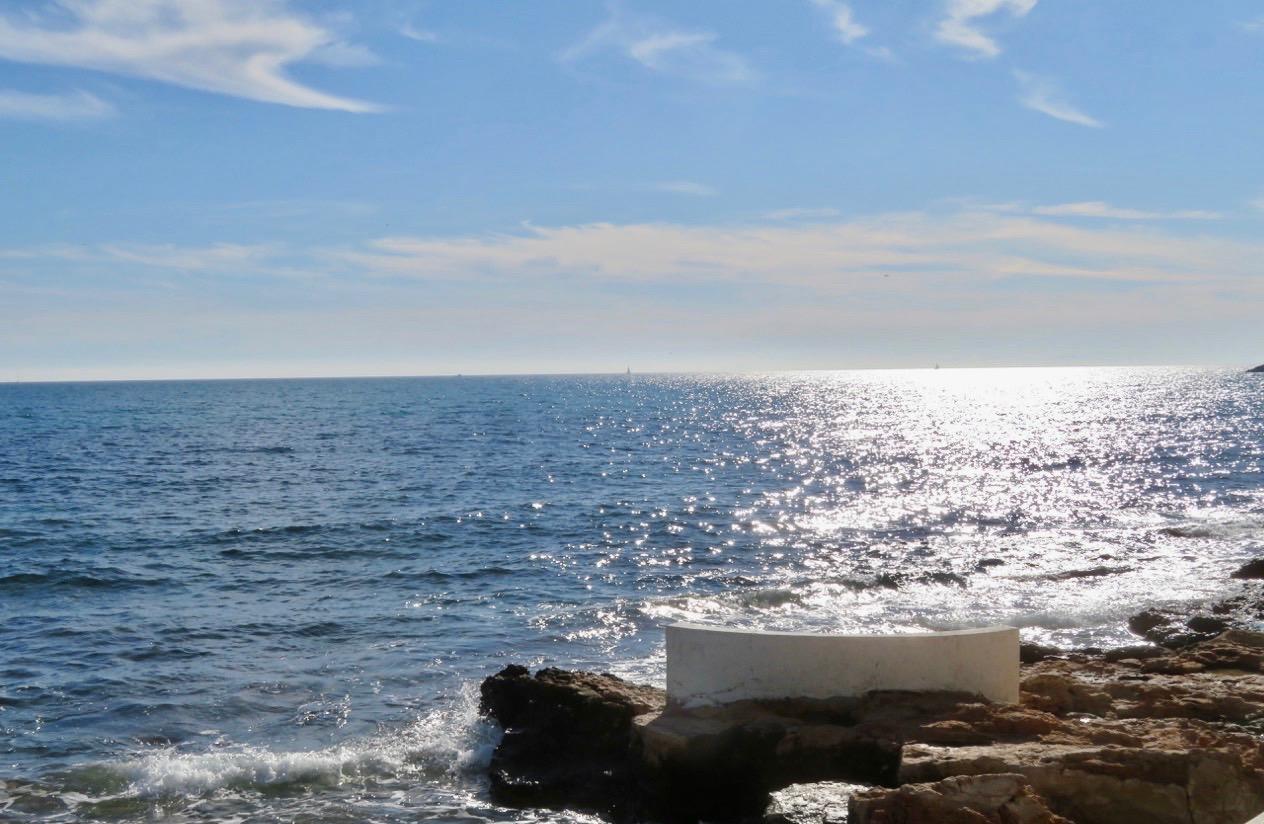 """""""Vår bänk"""" vid havet, första parkett, var ledig. Så vi slog oss ner. Så behagligt."""
