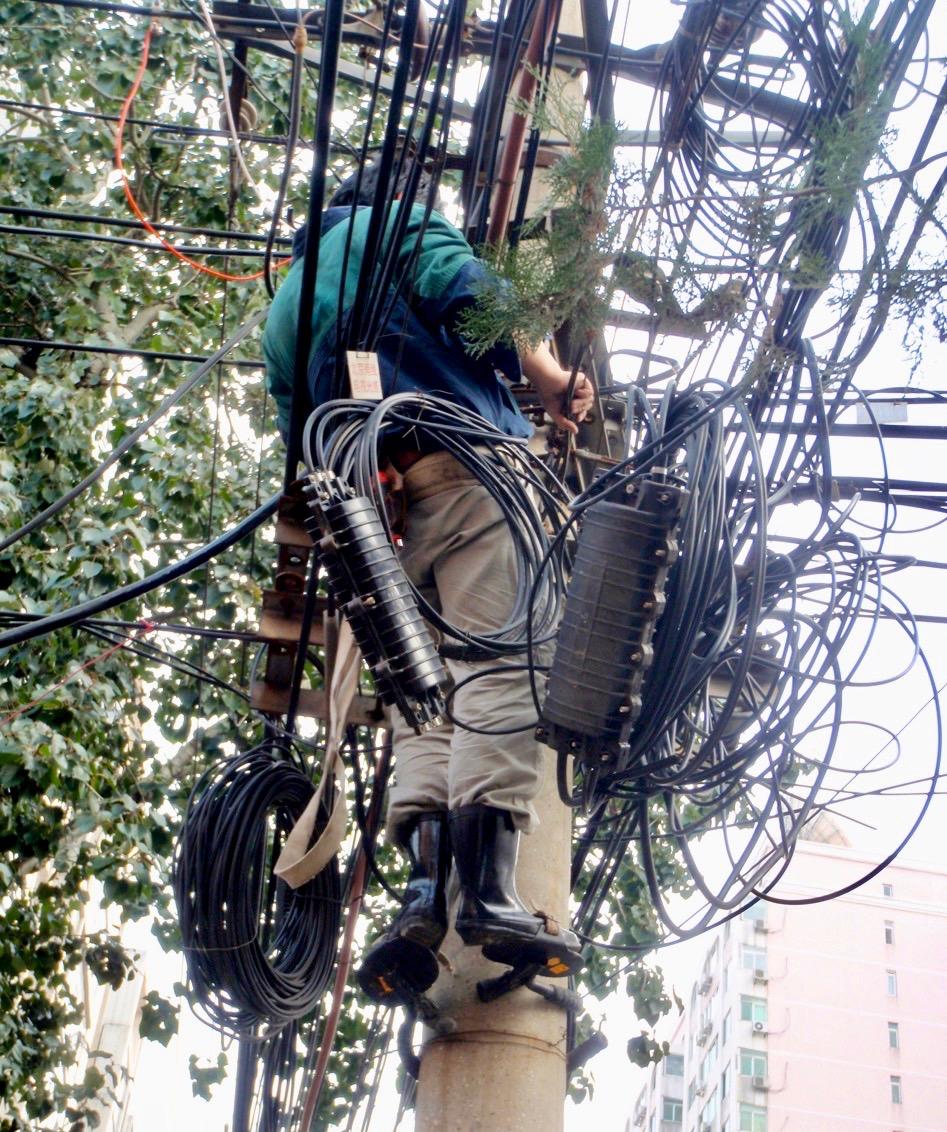 Gott om tråd. Här är det en kabelhärva i Peking som nystas upp.