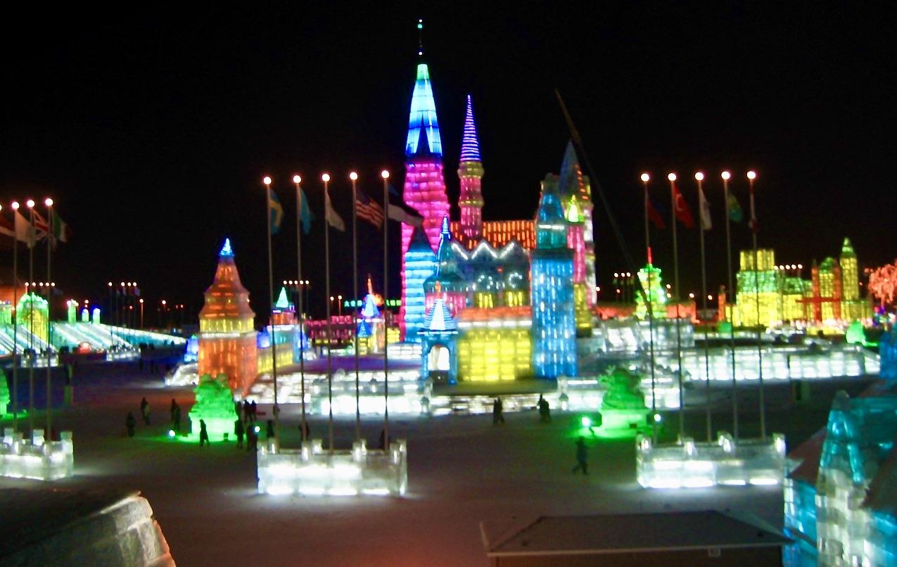 Mängder av is såg vi i Harbin i norra Kina. Fantastiska isbyggnader och skulpturer.