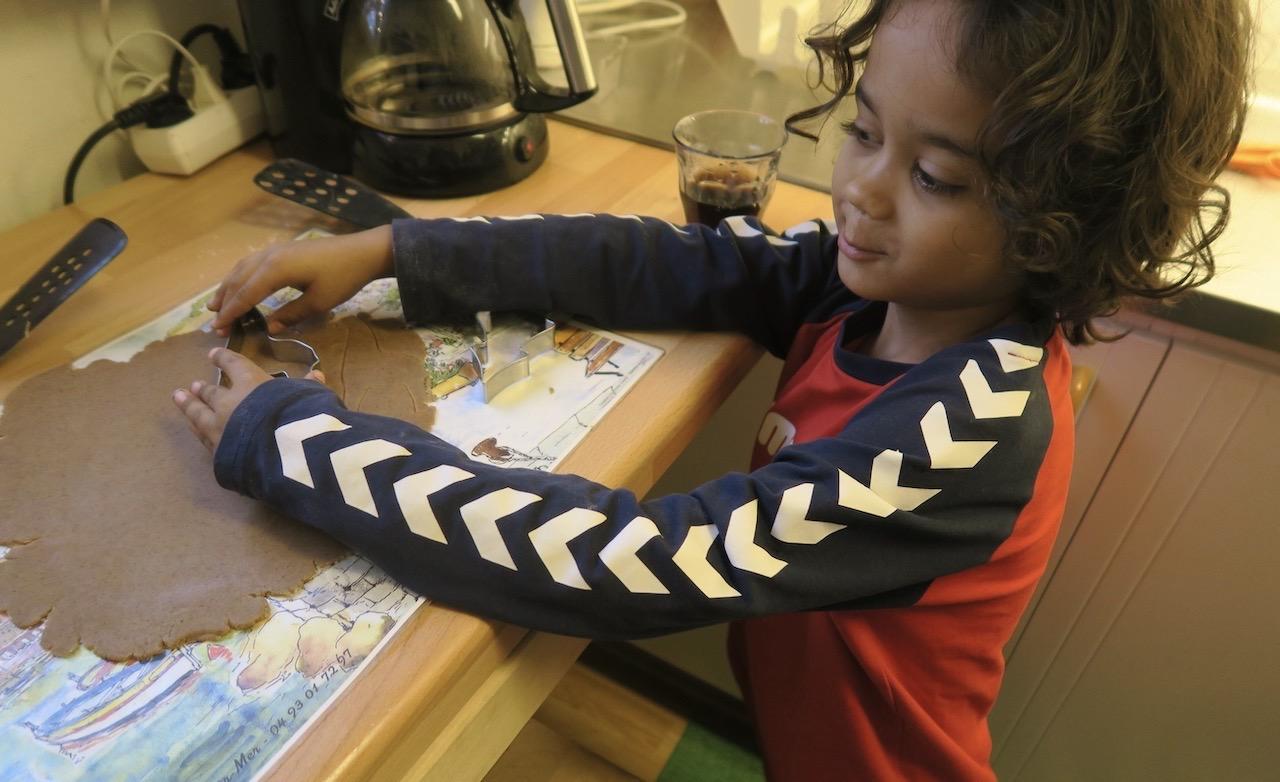 Barnbarnet i färd med att trycka ut sina pepparkakor.