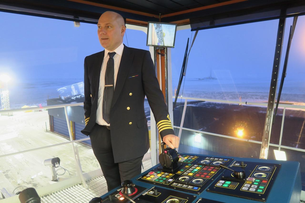 Kapten ombord på vår resa förklarar lite av den tekniska utrustningen för mig.
