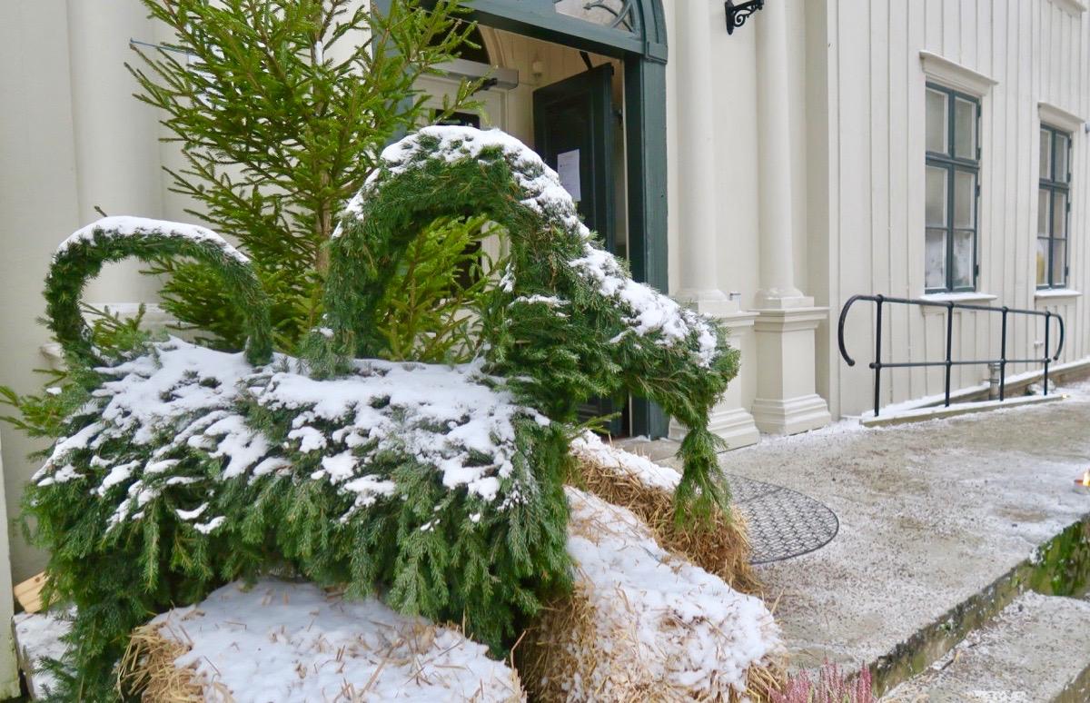 En julbock pryder entrén till caféet på Alsters herrgård.