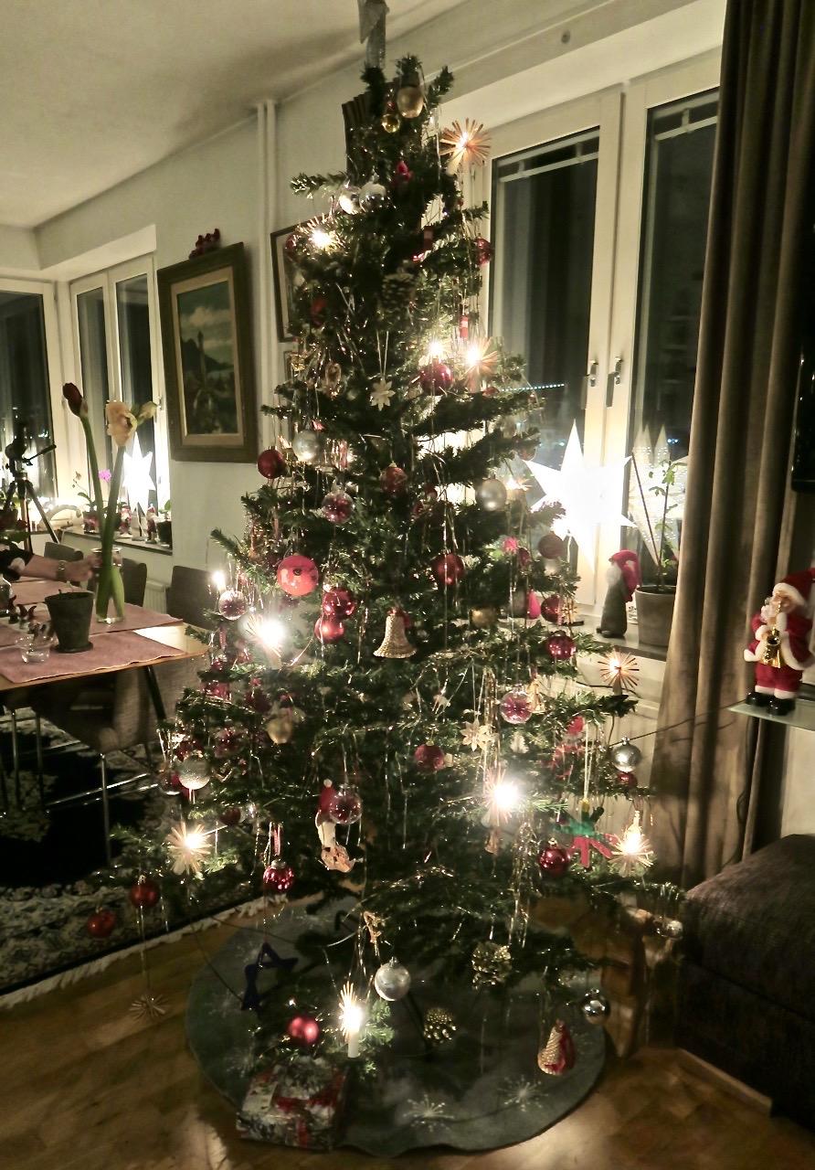 Mer julstämning. Granen är klädd.
