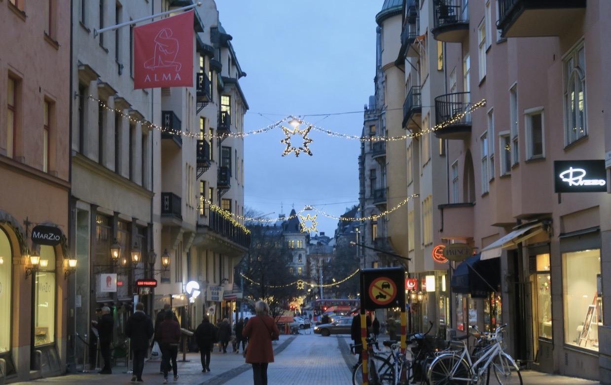 Nybrogatan i Stockholm onsdag eftermiddag. Och de flesta rörde sig här i rask takt. Undrar varför alla har bråttom.