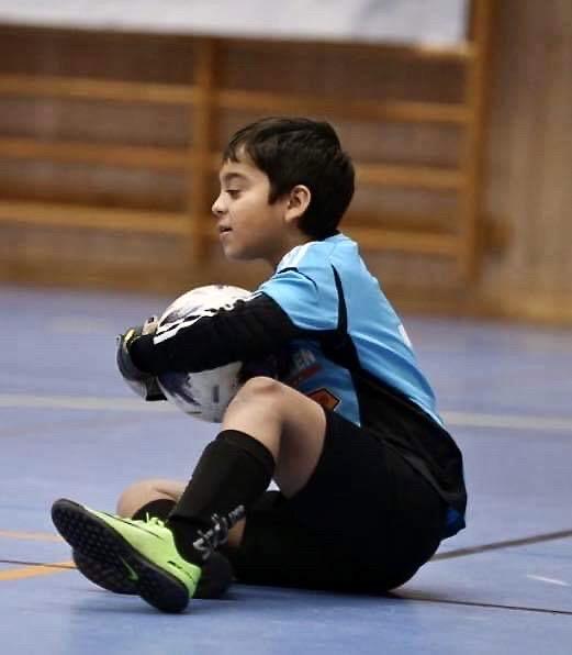 En glad målvakt. Och ett intresse bland fler är just fotboll.