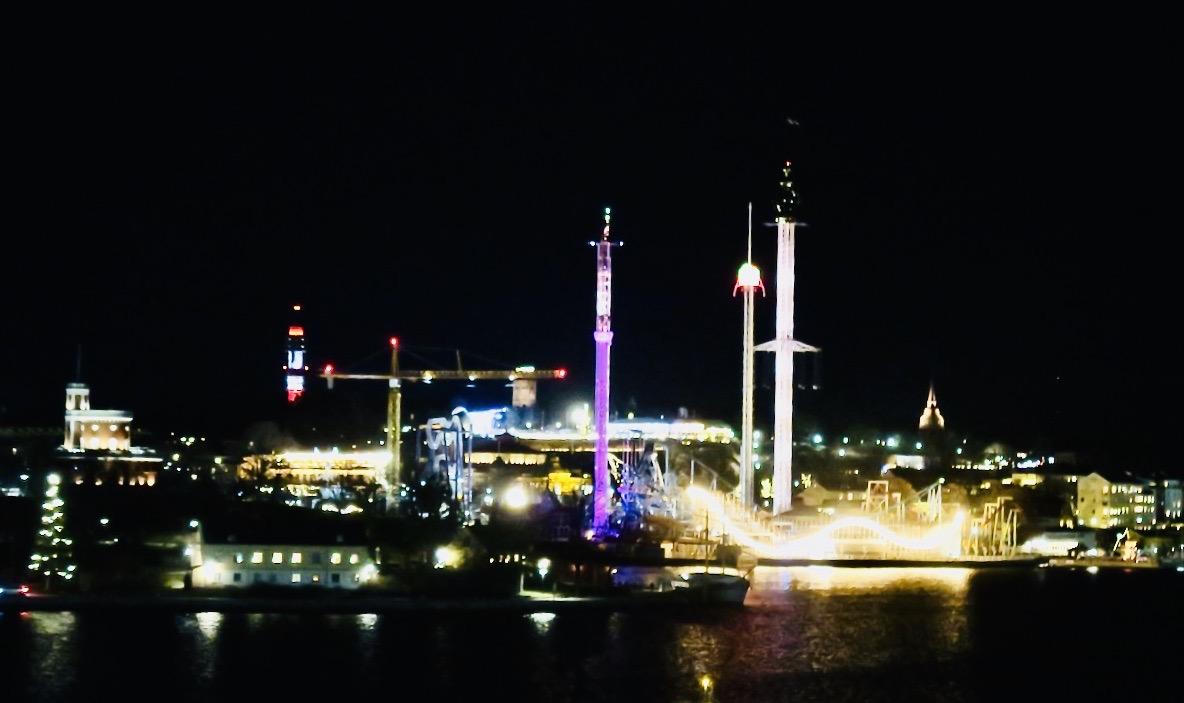 Nyårsafton i Stockholm och när mörkret sänkt sig framträder stadens vackra kulisser. Här Gröna Lund.
