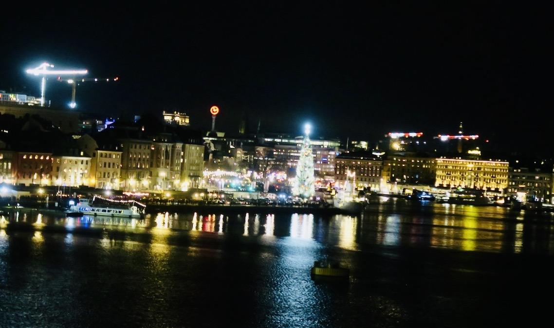 Skeppsbron i Stockholm. Här förbereder man sig inför de fyrverkerier som ska avfyras senare denna nyårsafton