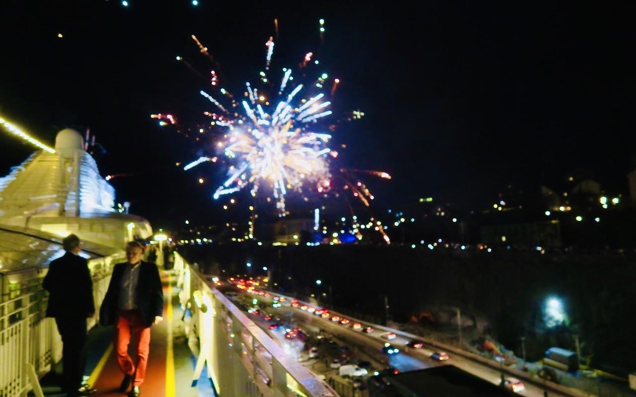 Nyårsafton och lite av fyrverkerierna över Stockholm. Mer miljövänliga skulle de vara i år...