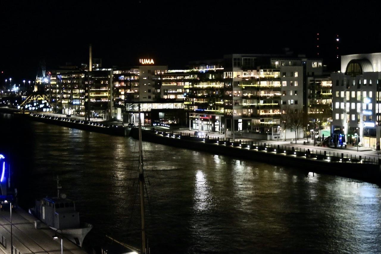 En behovsanpassad dag har övergått i tidig kväll. Mörkret har sänkt sig över Stockholm och Södermalm.