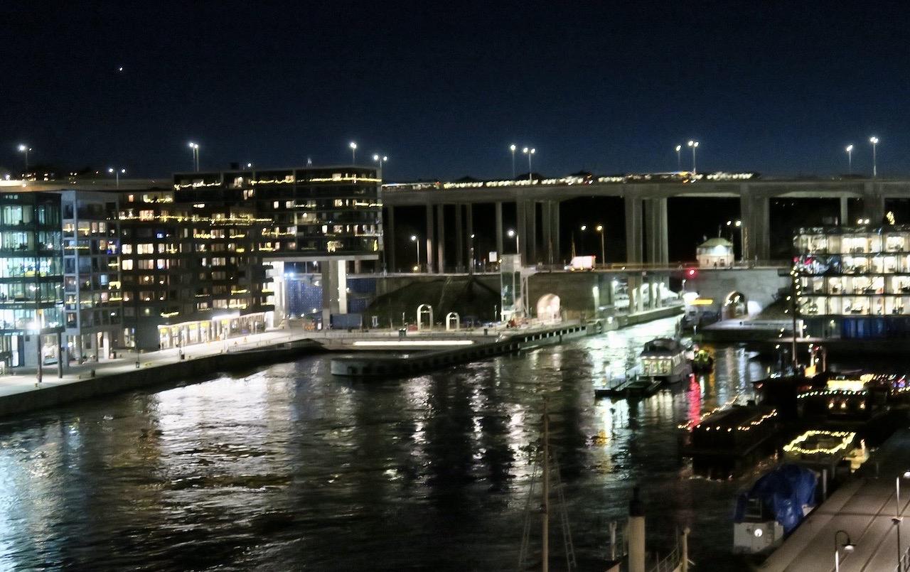 Funderade över dagen på balkongen med utsikt mot Hammarbyslussen och konstaterade att en behovsanpassad dag fyllde sin funktion.