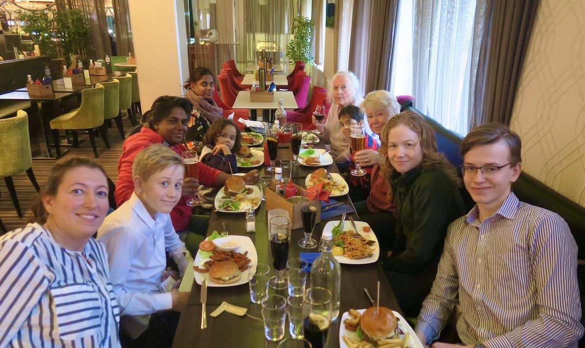 Alla samlade vid lunchbordet. Ett roligt firande blev det på Interpool i Uppsala och väldigt gott dessutom.