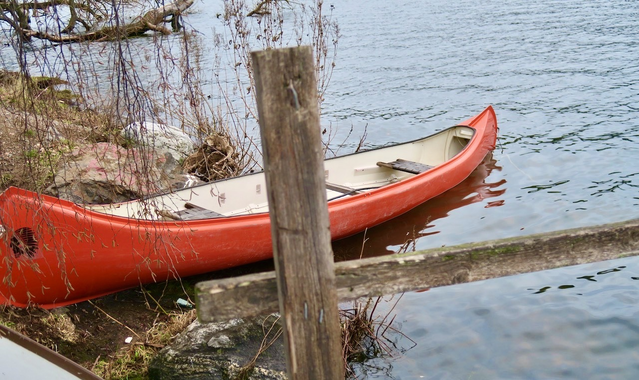 Även en kanot, halvvägs i sjön, är ett vårtecken.