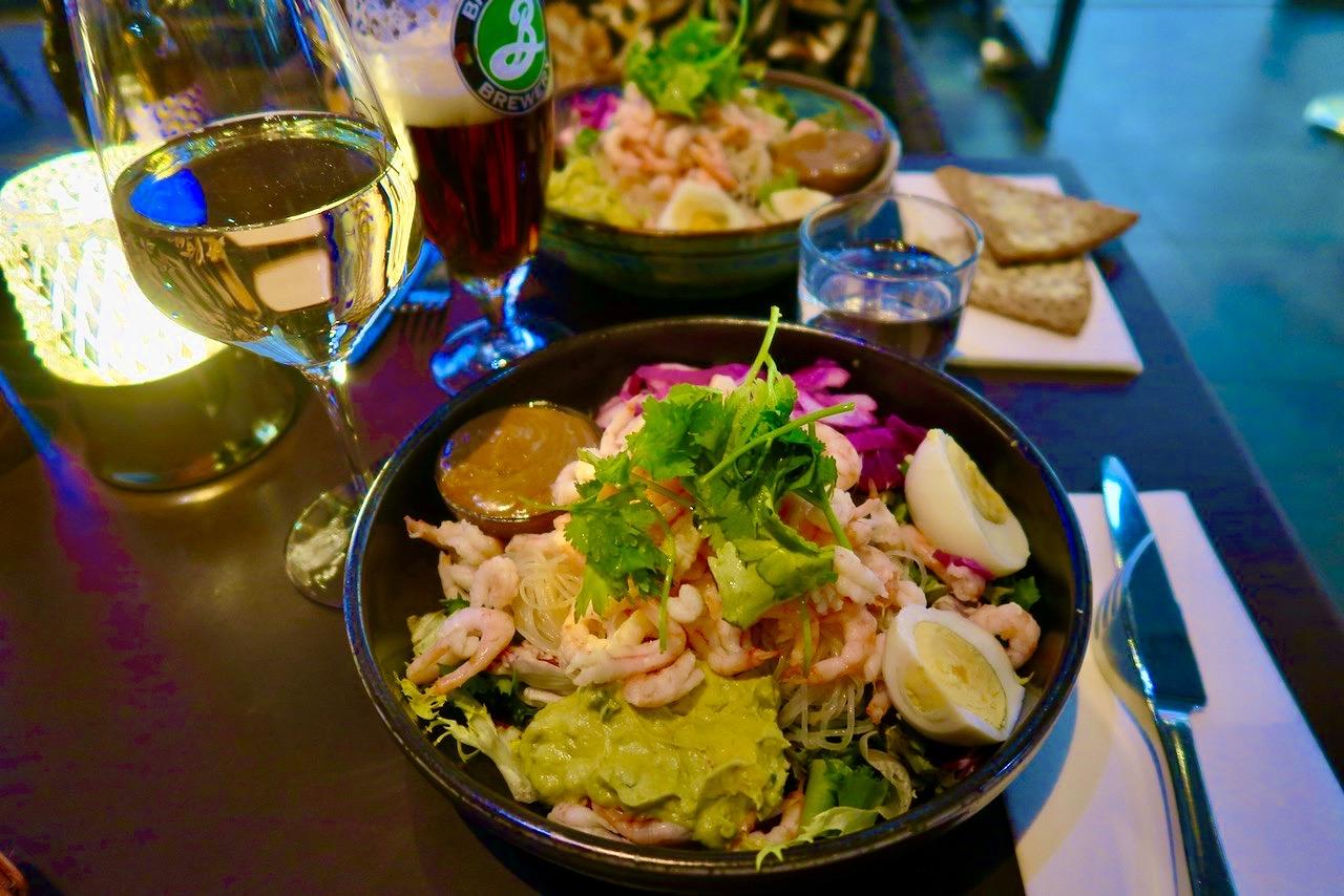 """Lättsamma dagar kan innebära lunch med vänner. Här i Mall of Scandinavia och """"Klang Market"""","""
