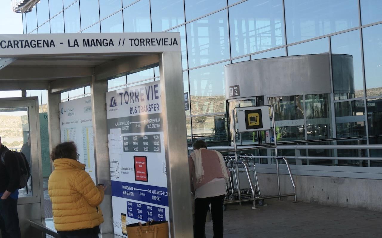 Busshållplatsen vid Alicante flygplats . Ska snart vara på väg mot Torrevieja.