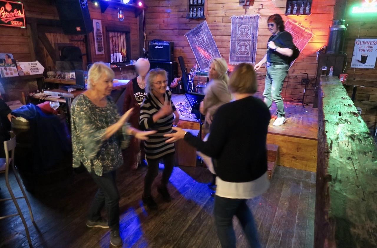 Ett glatt gäng i dansens virvlar på El Paso.