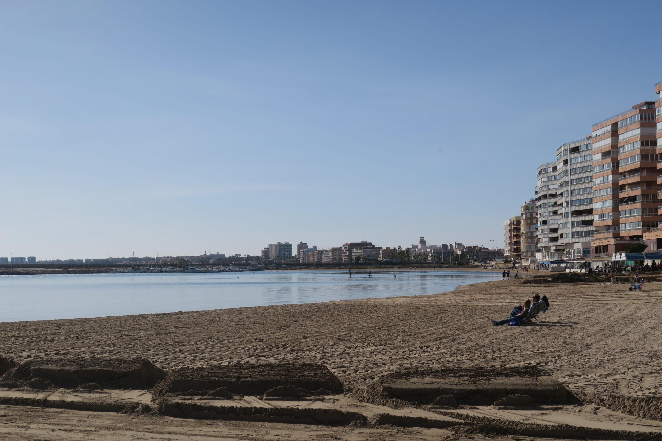 Torrevieja. Fredagspromenad söderut längs havet.
