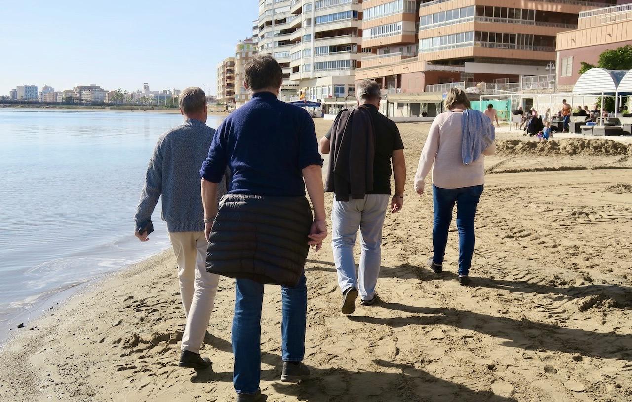 I samlad trupp gick vi längs havet. Här Playa de Acequion, någon kilomenet söder om Torrevieja.