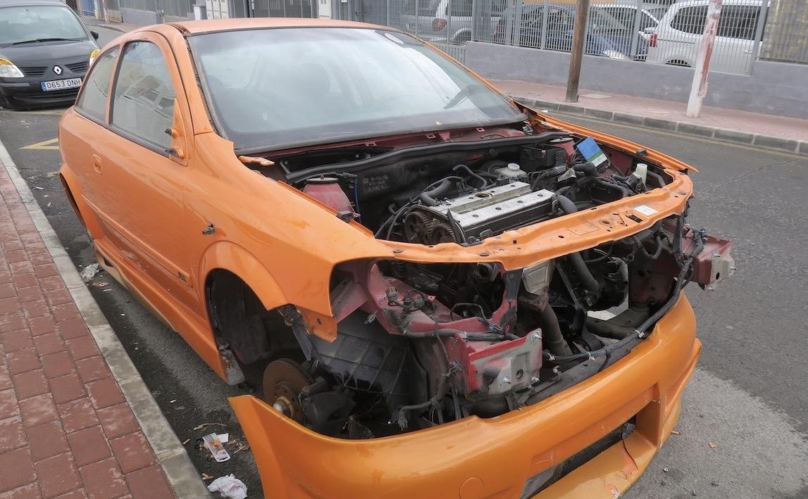 Något skumt är det med denna trasiga bil som varit placerad på en gata i Torrevieja sedan i oktober.