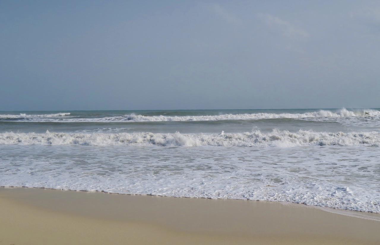 Playa de los Locos i Torrevieja. Kraftig sjö ligger kvar efter det oväder som varit.