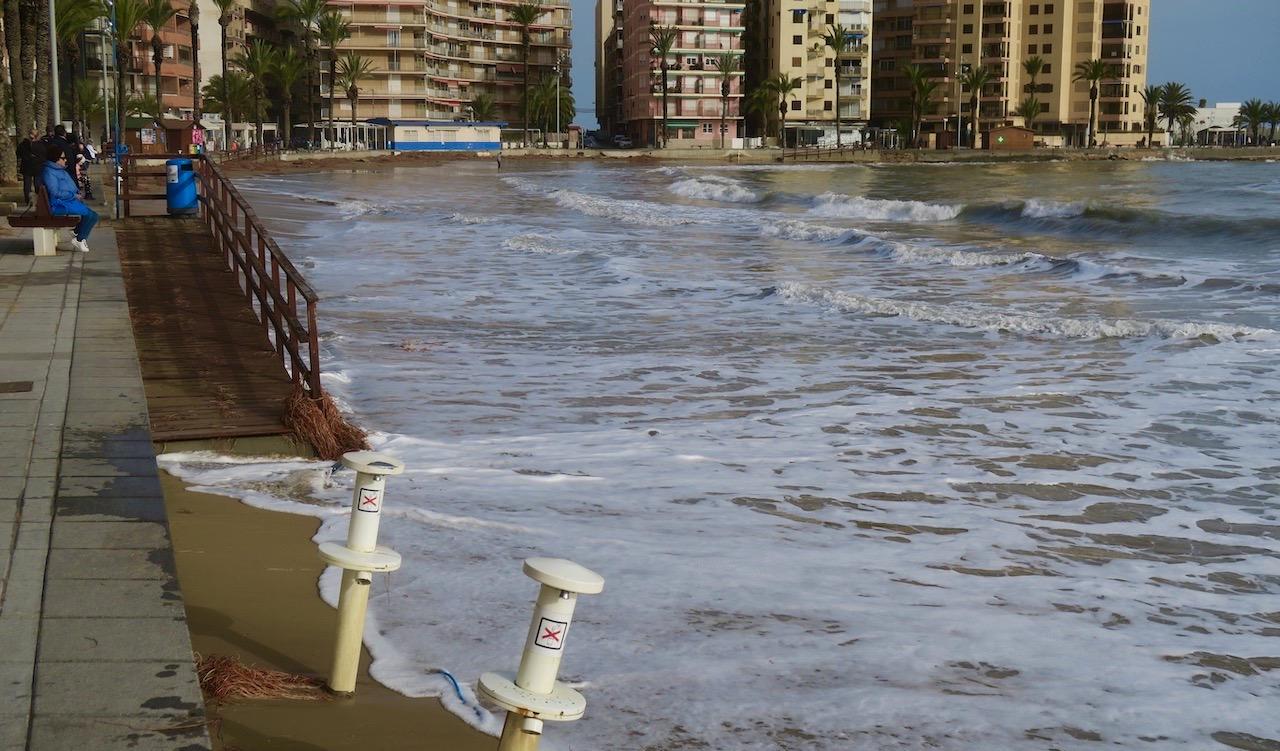 Playa del Cura, en annan av stränderna inne i stan , hade ingen strand kvar efter helgens oväder.