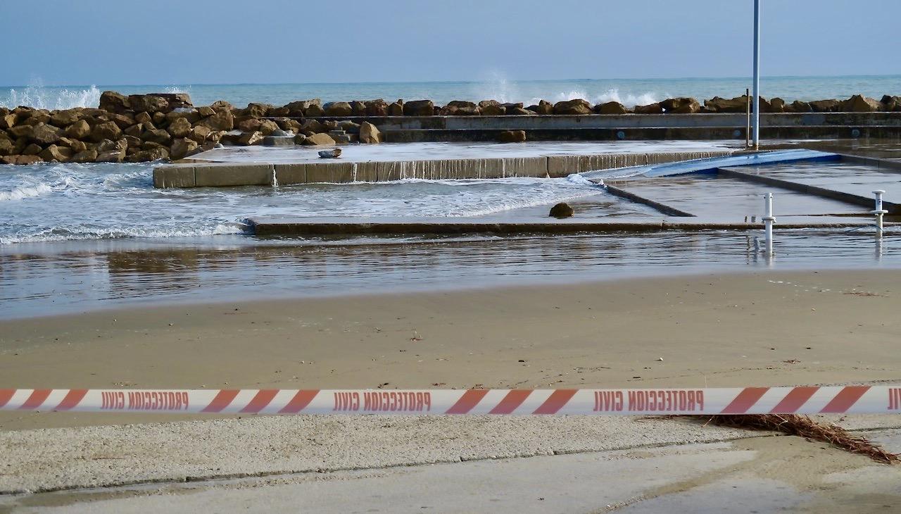 DElar av strandpromenaden i Torrevieja var avstängda efter allt oväder.