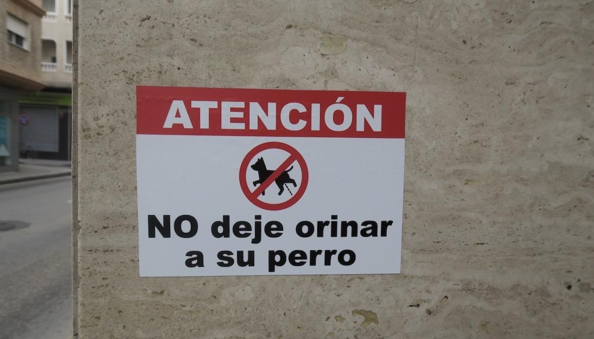 """Fler av dessa skyltar """"låt inte din hund kissa här"""" har jag sett i Torrevieja i veckan. veckan"""