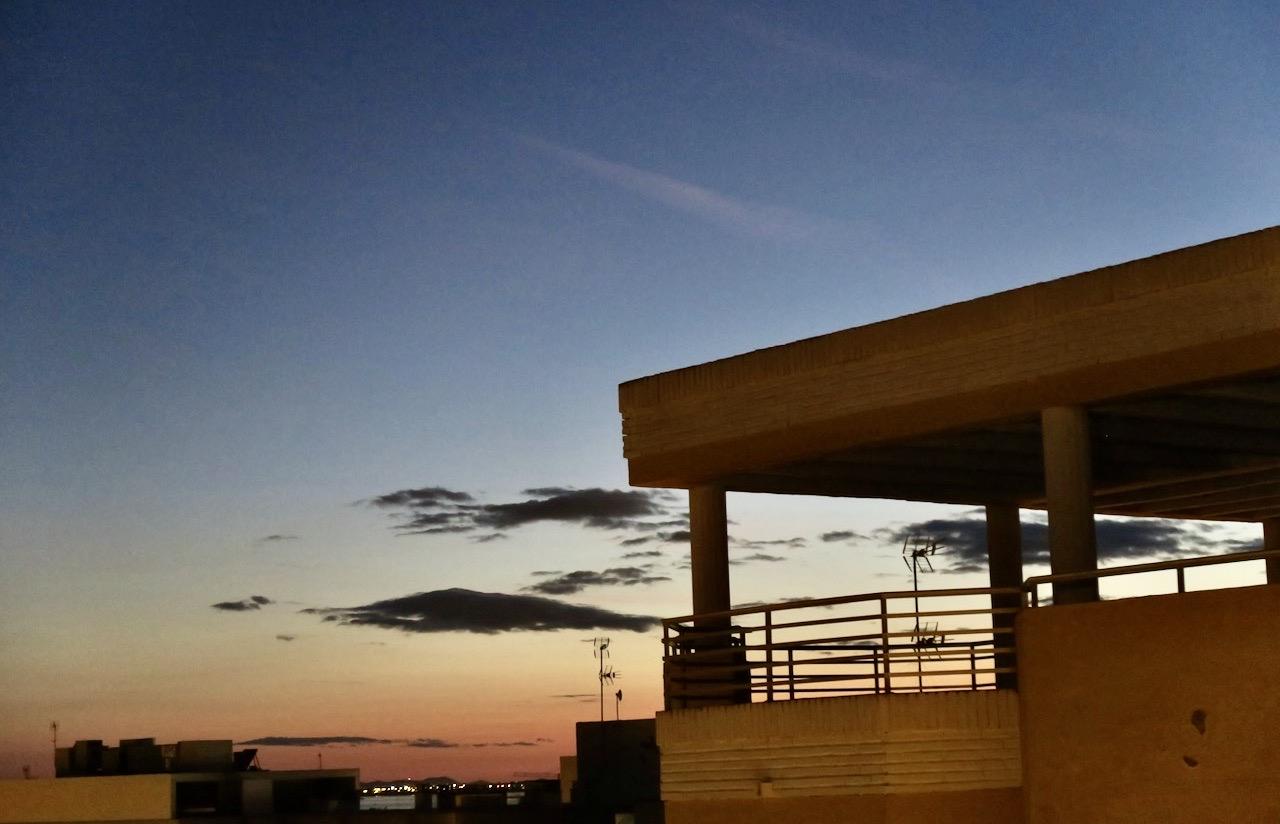 En fin söndag övergick i en fin kväll innan vi skildes åt. Vy över takåsarna i Torrevieja ner mot havet.