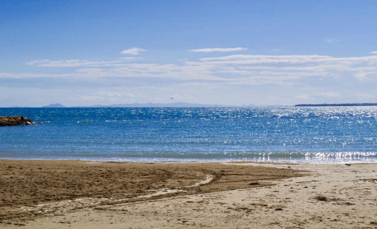 Gårdagens vackra väder lockade oss ner till havet. Ett gnistrande blått Medelhav mötte oss.