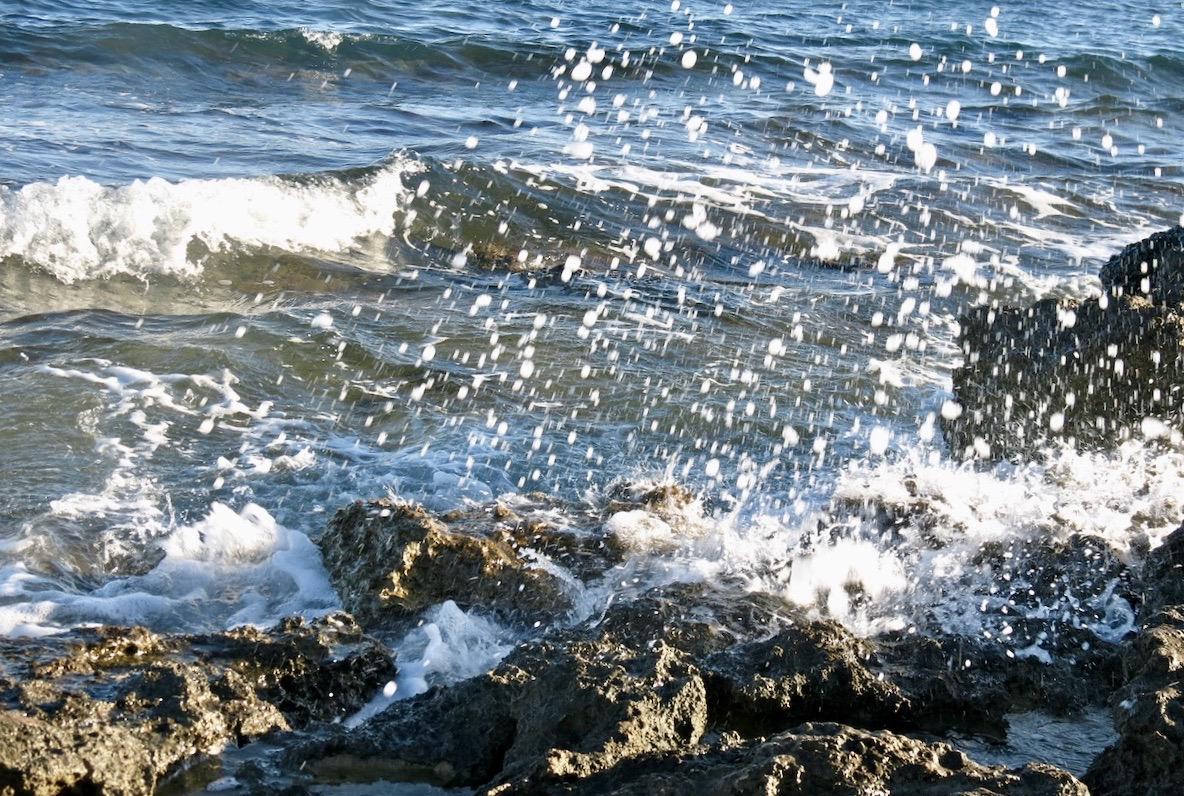 Medelhavet med skum och stänk en blåsig dag.