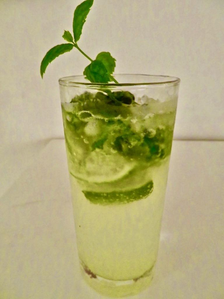 Mojito; en väl avvägd blandning av sur lime, rom, sockerlag, mynta och sodavatten