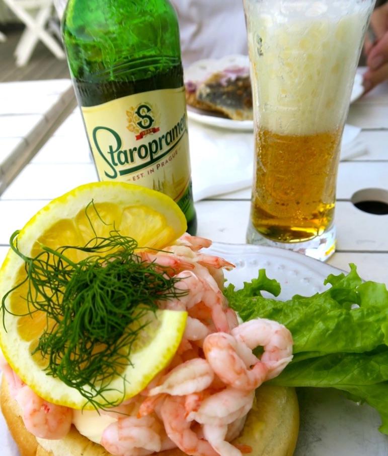 Öl med skum och en räksmörgås smakar alltid bra på Hembygdsgården i Vaxholm