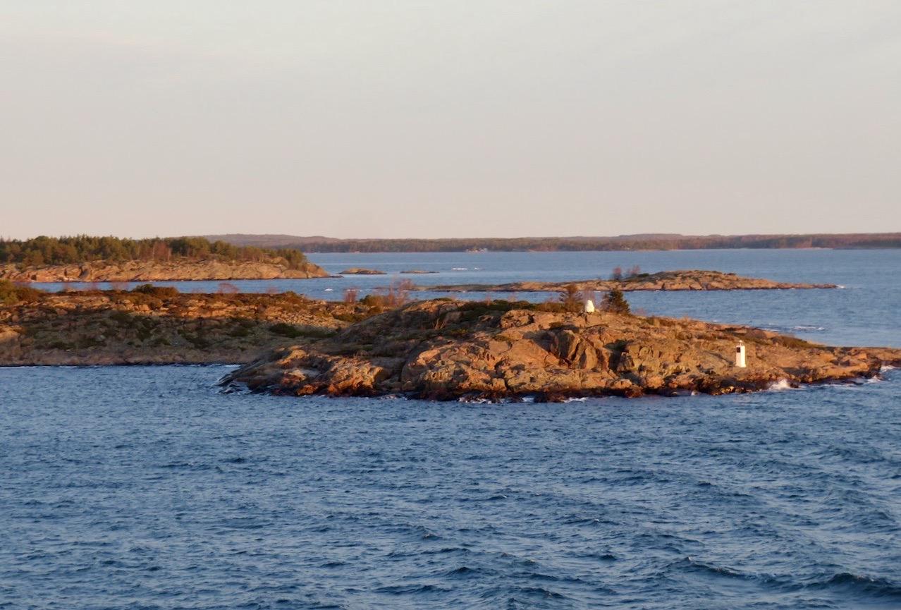 Strax utanför Marieheman. Solen är på väg upp och jag är övertygad om att det blir en vacker resa hem till Stockholm.