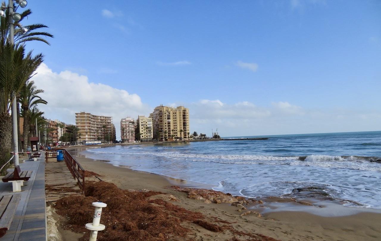 Förödelsen var kraftig efter regnet. Men här har havet dragit sig tillbaka och stränderna delvis rensats upp.