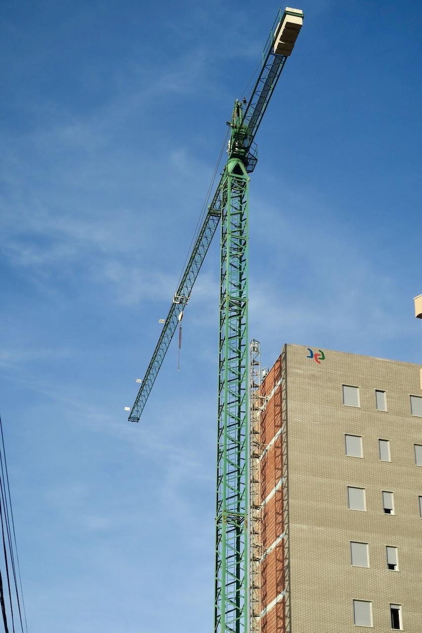 Byggkranen på vår gata i Torrevieja. Undrar om någon kör den här uppe i det blå. Blått var det i alla fall denna dag.