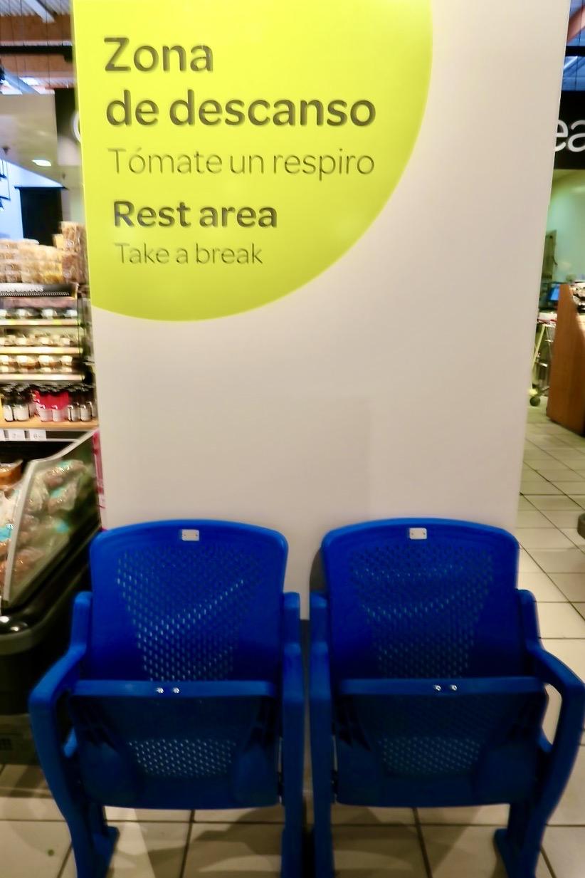 Stolar att vila på. Ett gott initiativ av Carreforur. Man blir trött i benen av att botanisera blnd både mat och dryck och allt annat.