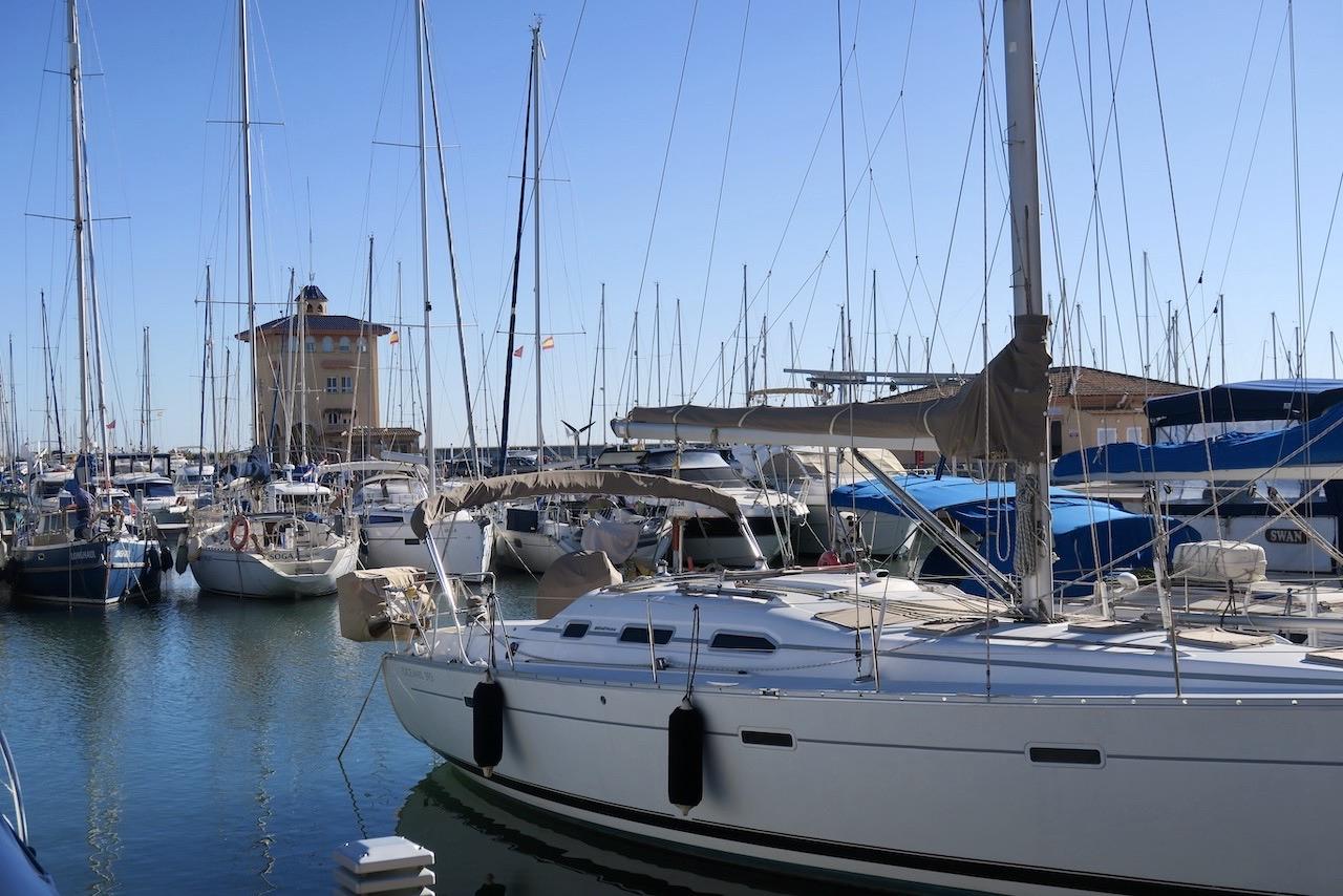 Behaglig sommardag i Torrevieja. KLarblå himmel och +26. Fint nere i fritidsbåtshamnen.