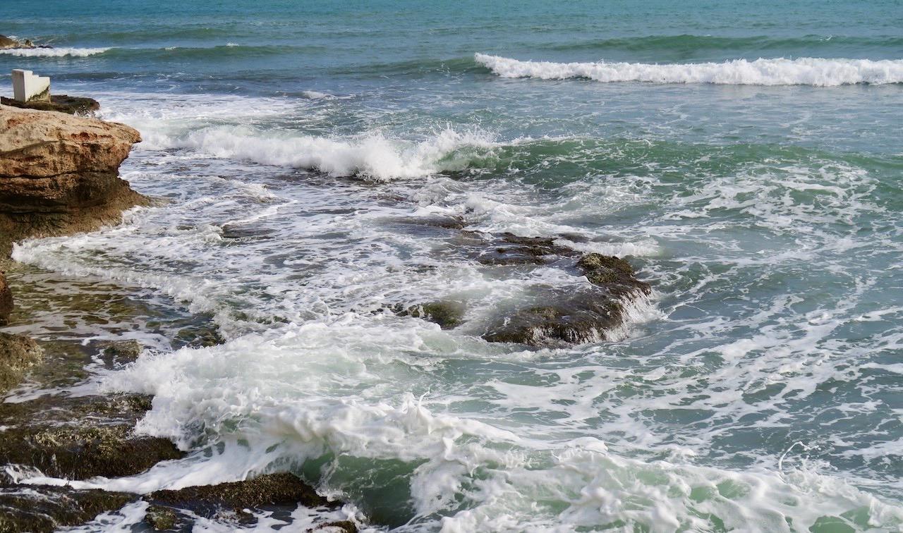 Gårdagens utsvävningar blev ganska modesta. Men att slå sig ner och blick aut över Medelhavet piggade upp.